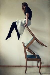 女性と椅子